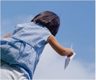 紙飛行機を持つ子ども